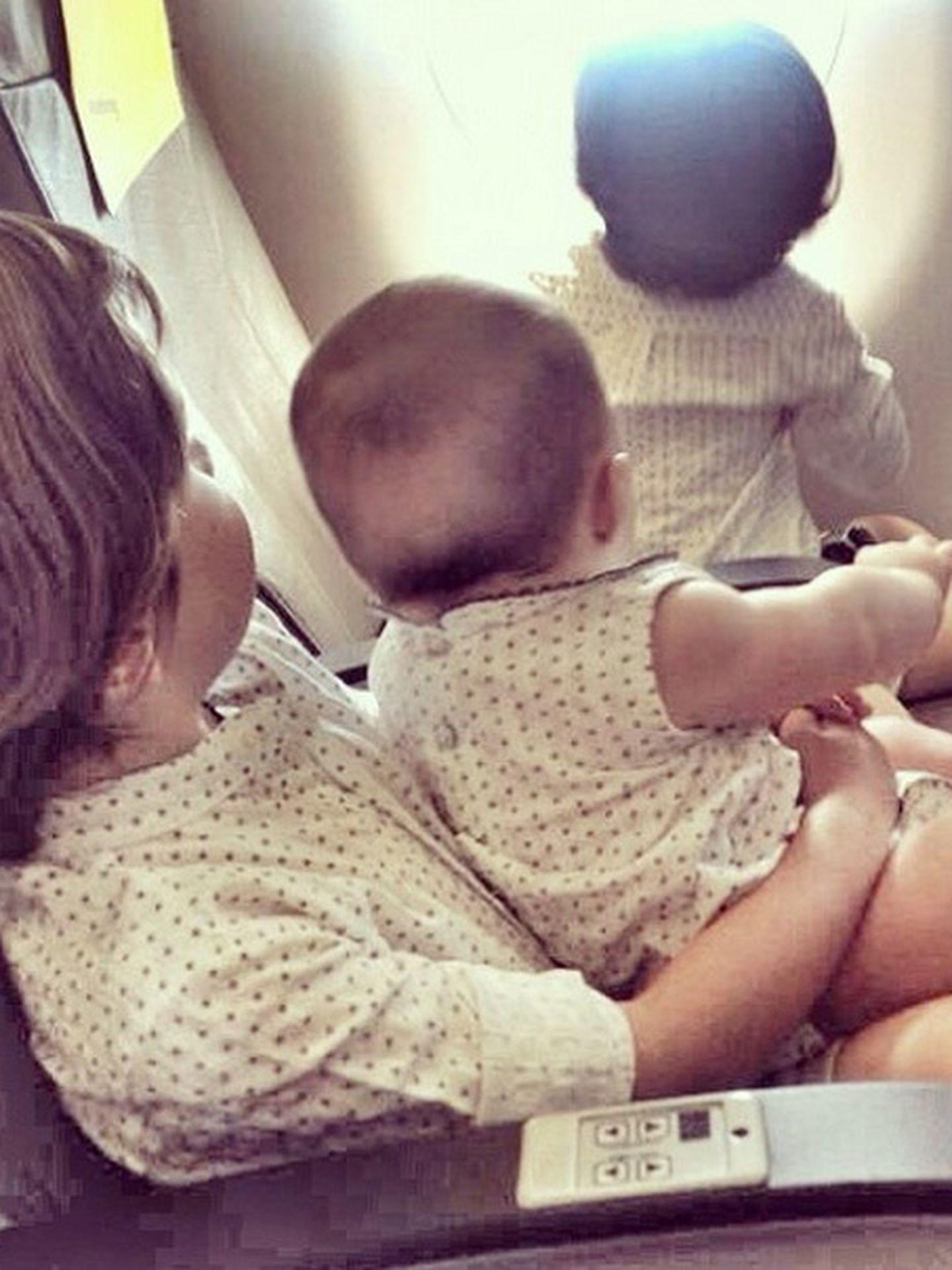 Los tres hijos del matrimonio en el avión (Instagram)