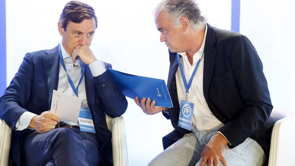 Foto:  El portavoz del Partido Popular en el Congreso, Rafael Hernando, conversa con el portavoz en el Parlamento Europeo. (EFE)