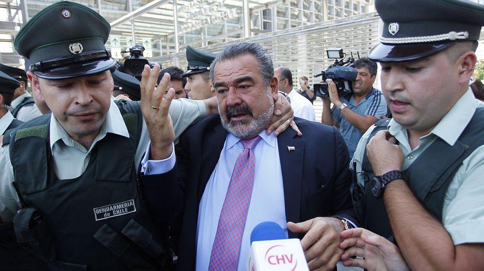 Foto: El empresario chileno Andrónico Luksic (c), a la salida de un juicio en diciembre. (EFE)
