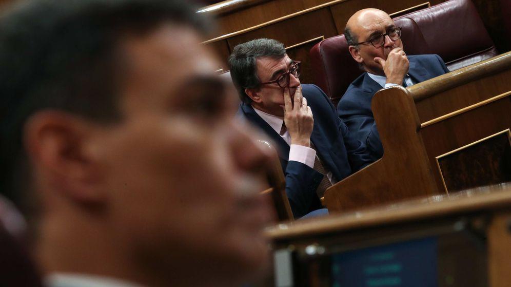 Foto: Pedro Sánchez y los diputados del PNV Aitor Esteban y Mikel Legarda. (Reuters)