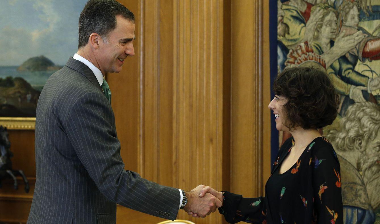 Felipe VI saluda a la portavoz de En Marea, Alexandra Fernández. (EFE)
