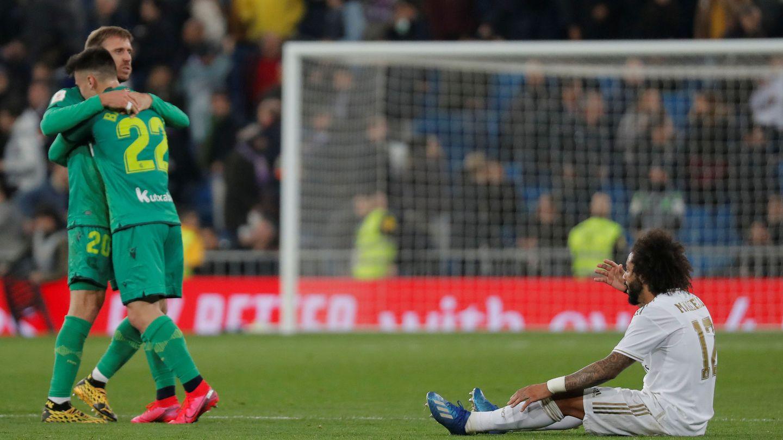 Marcelo, sentado en el césped, protesta en el partido contra la Real Sociedad. (EFE)