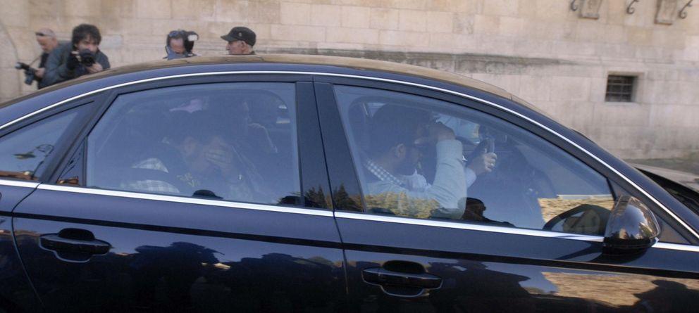 Foto: Marcos Martínez sale detenido de la sede de la Diputación de León, el lunes. (Efe)