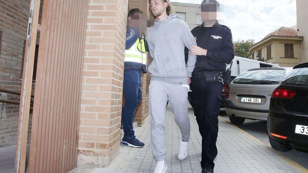 Foto: El jugador del CD Eldense Maiki Fernández, instantes después de su detención el pasado 4 de abril. (EFE)