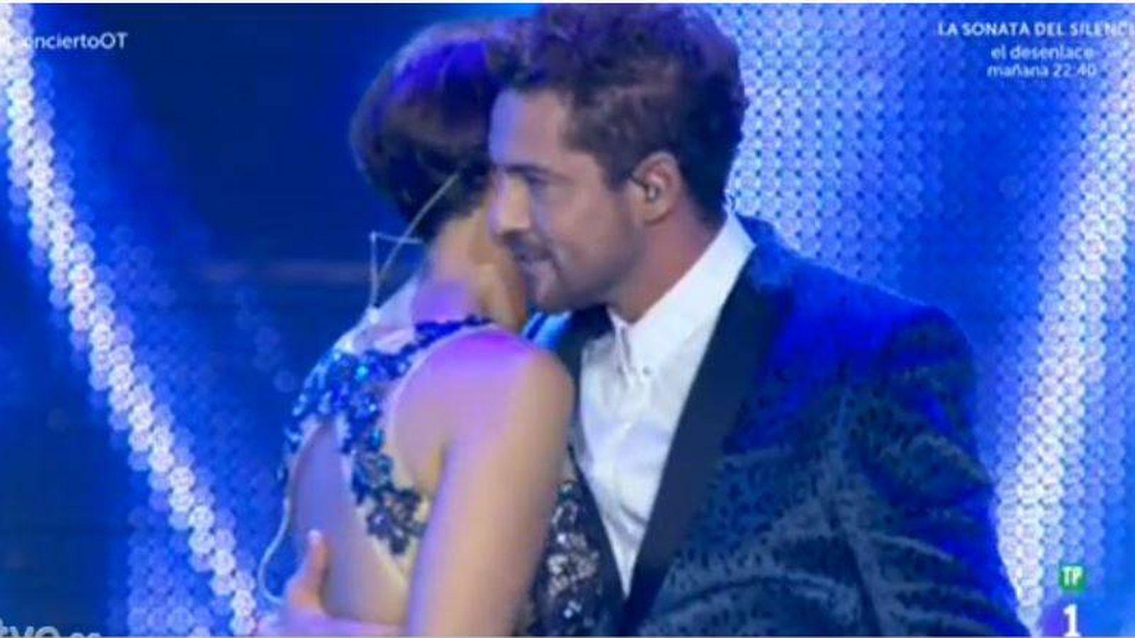 Foto: David Bisbal y Chenoa durante el 'momento cobra' (Televisión Española)
