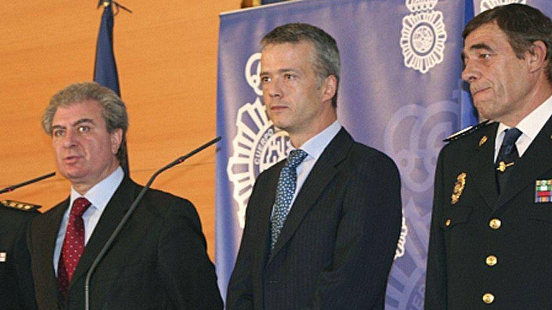 Fernández Chico, a la izquierda, junto a los entonces ministros de Cultura, César Antonio Molina, y de Interior, Antonio Camacho. (EFE)