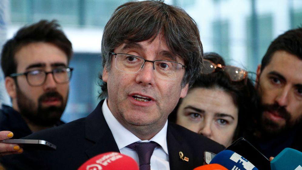 Foto: Puigdemont a su salida de las dependencias de la Fiscalía. (Reuters)