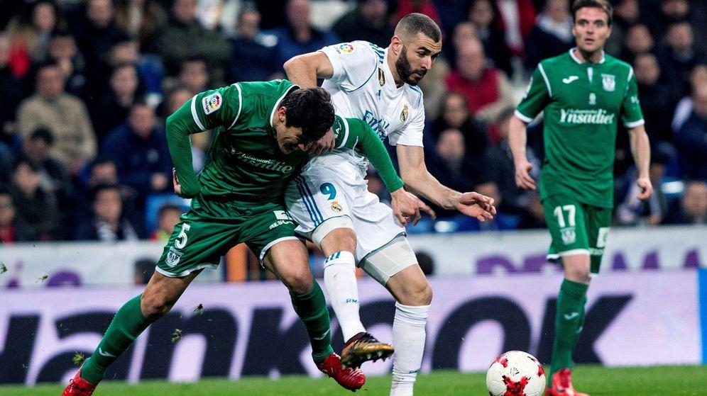 Foto: mantovani lucha con Benzema en el Real Madrid-Leganés de Copa del Rey jugado este miércoles. (EFE)
