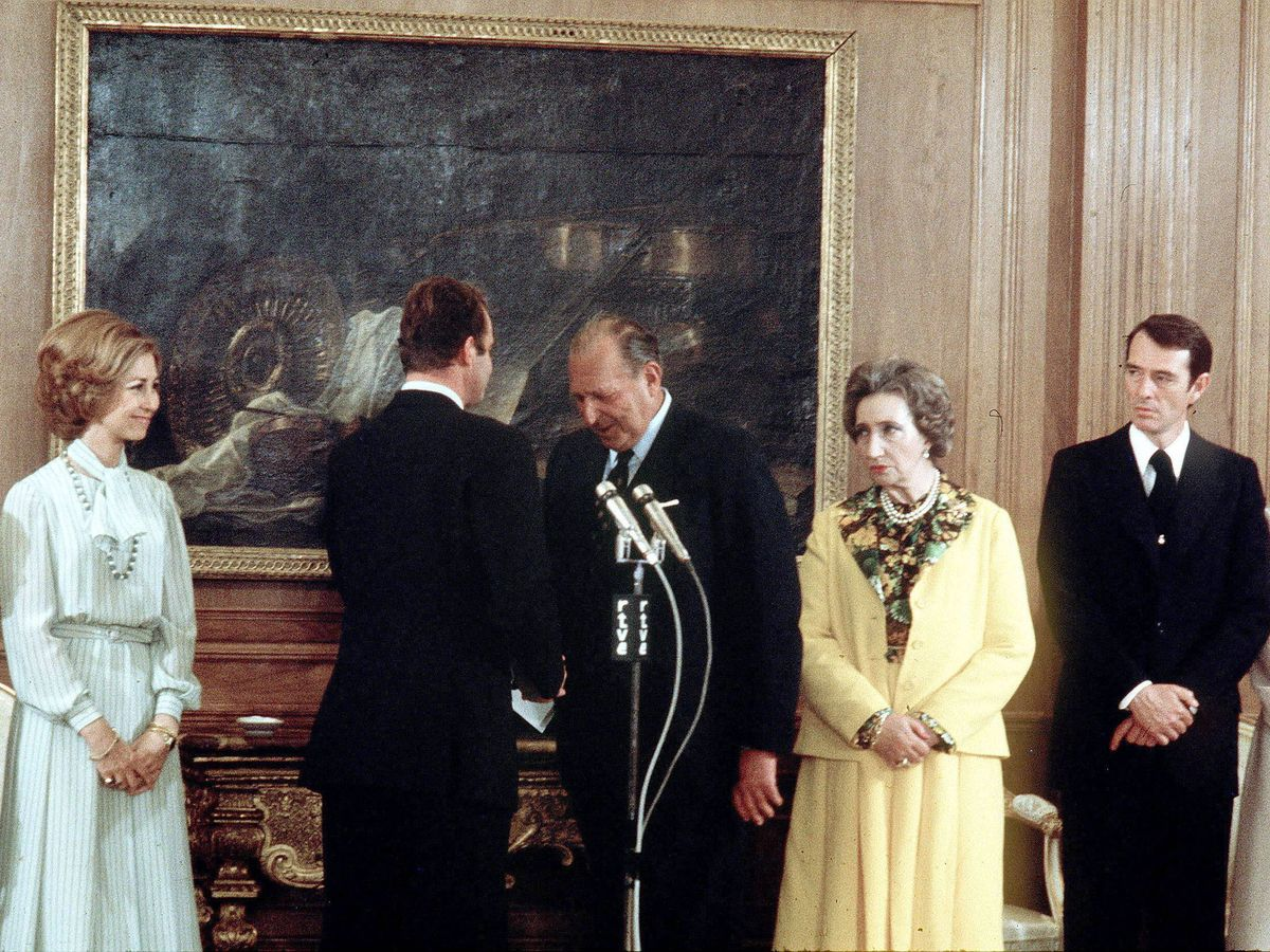 Foto: Don Juan y don Juan Carlos, ante la mirada de sus esposas. (EFE)