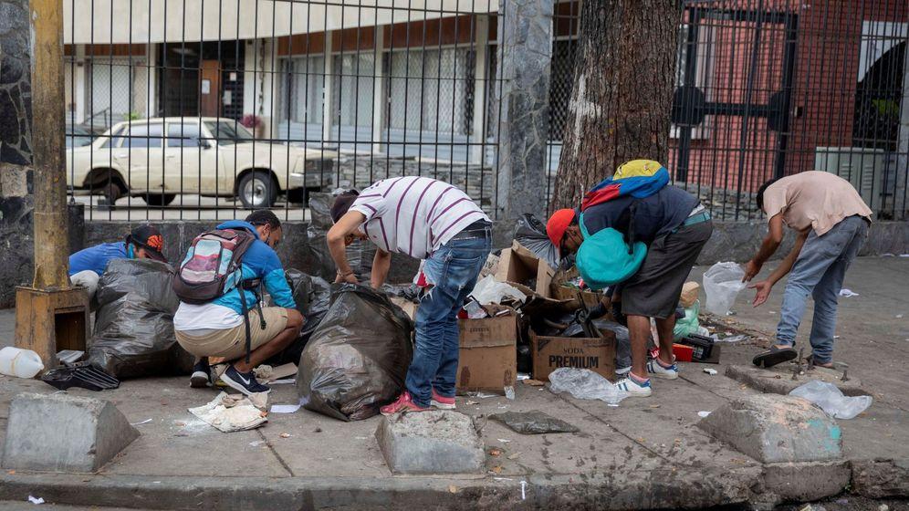 Foto: Personas escarban entre la basura en una calle de Caracas (Venezuela). (EFE)