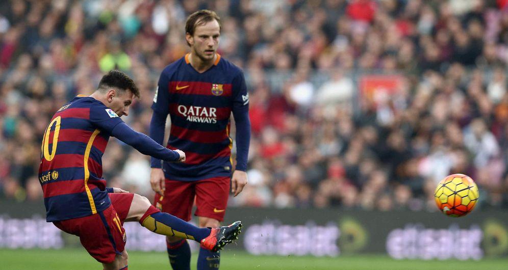 Foto: Leo Messi, en el momento de marcar el gol que abrió el marcador en el Barcelona-Deportivo (EFE)