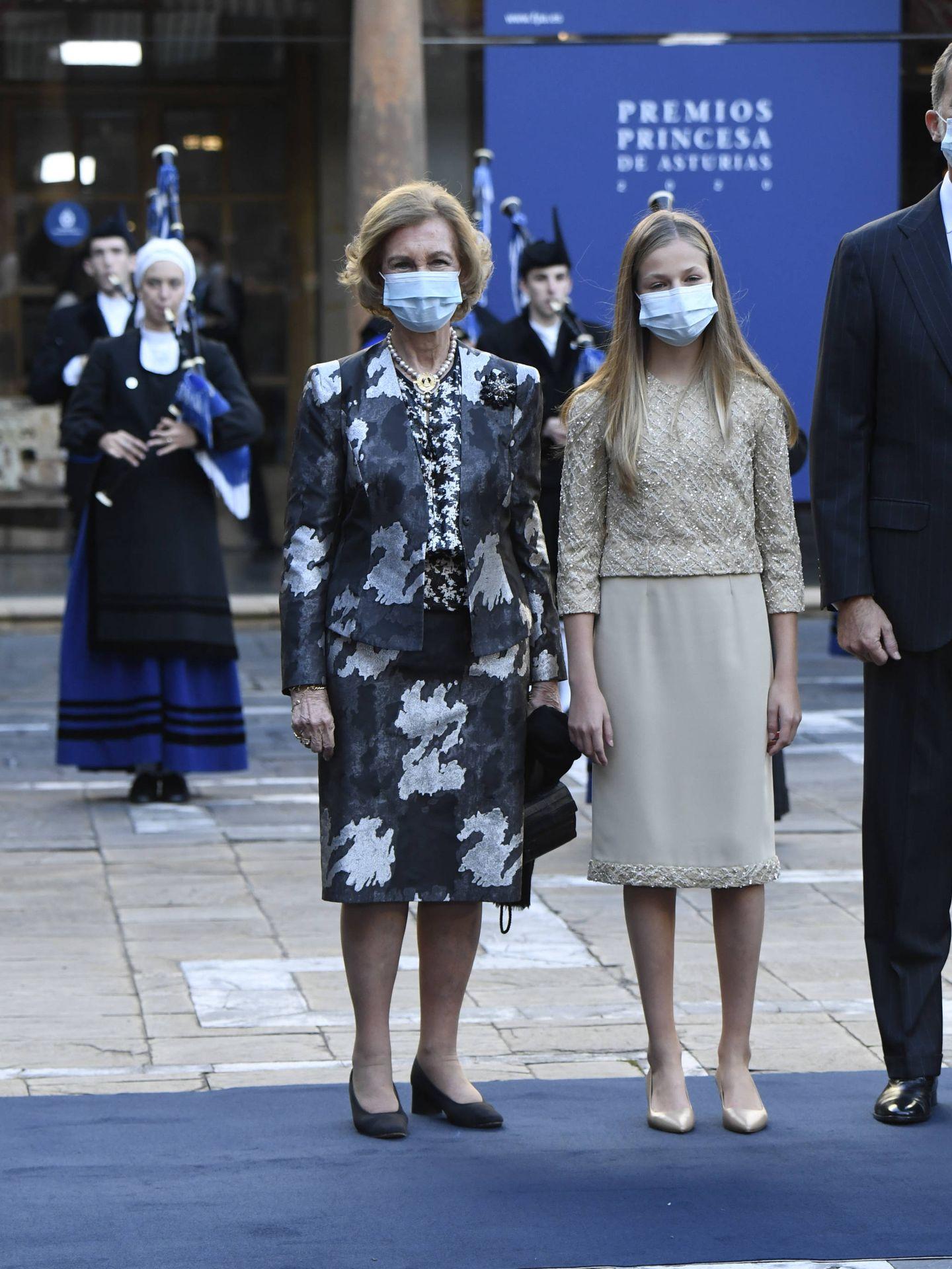 La princesa Leonor y la reina Sofía, a su llegada a la ceremonia. (Limited Pictures)