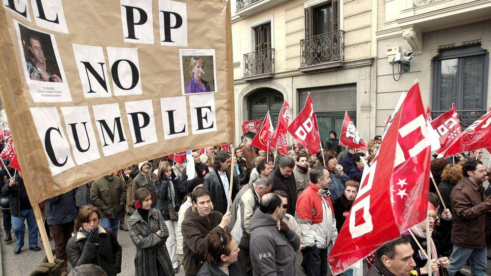 Foto: Pancarta en contra del PP durante una manifestación de funcionarios de Justicia de la Comunidad de Madrid. (EFE)