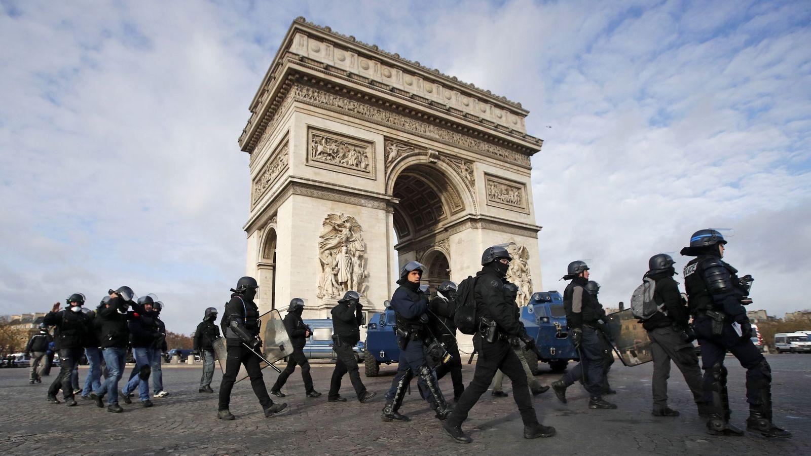 Foto: Policías antidisturbios de Francia desplegados para bloquear el acceso al Arco de Triunfo, en París. (EFE)