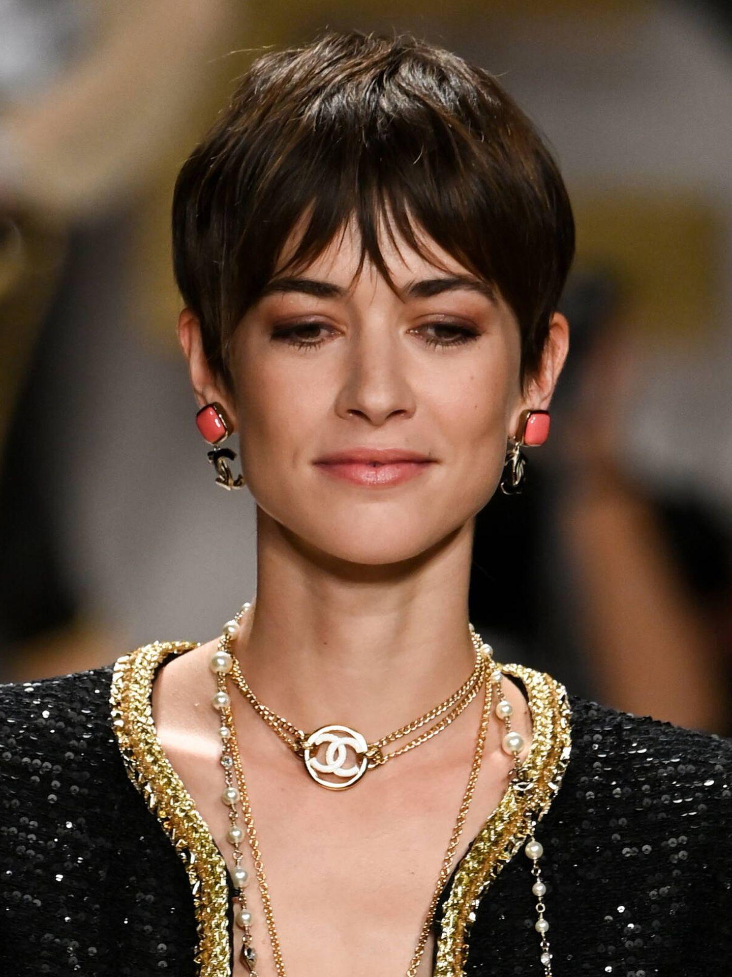 El pelo corto se colaba en el desfile de Chanel con un aire 90 ultra chic. (Getty)