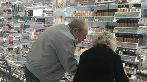 La razón por la que esta foto de dos ancianos en un supermercado se ha vuelto viral