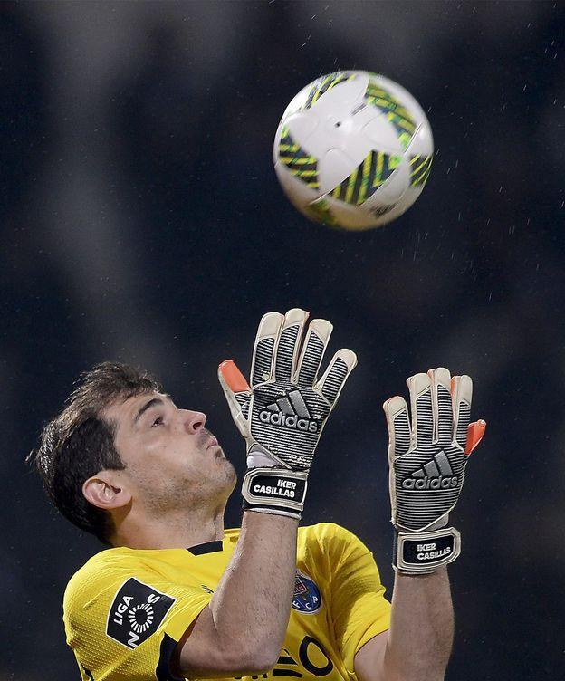 Foto: Momento en el que Casillas no consigue blocar el balón (EFE).
