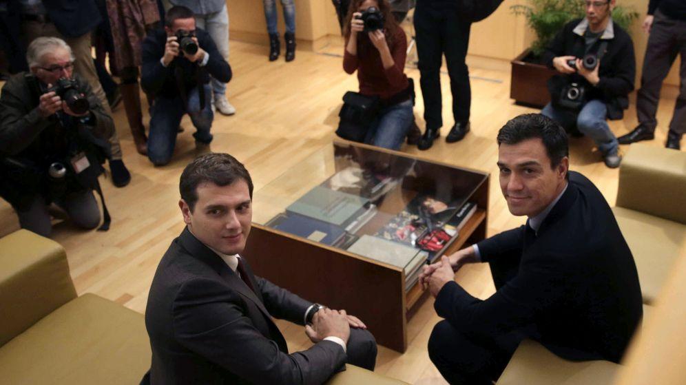 Foto: El secretario general del PSOE, Pedro Sánchez (d), y el presidente de Ciudadanos, Albert Rivera. (EFE)