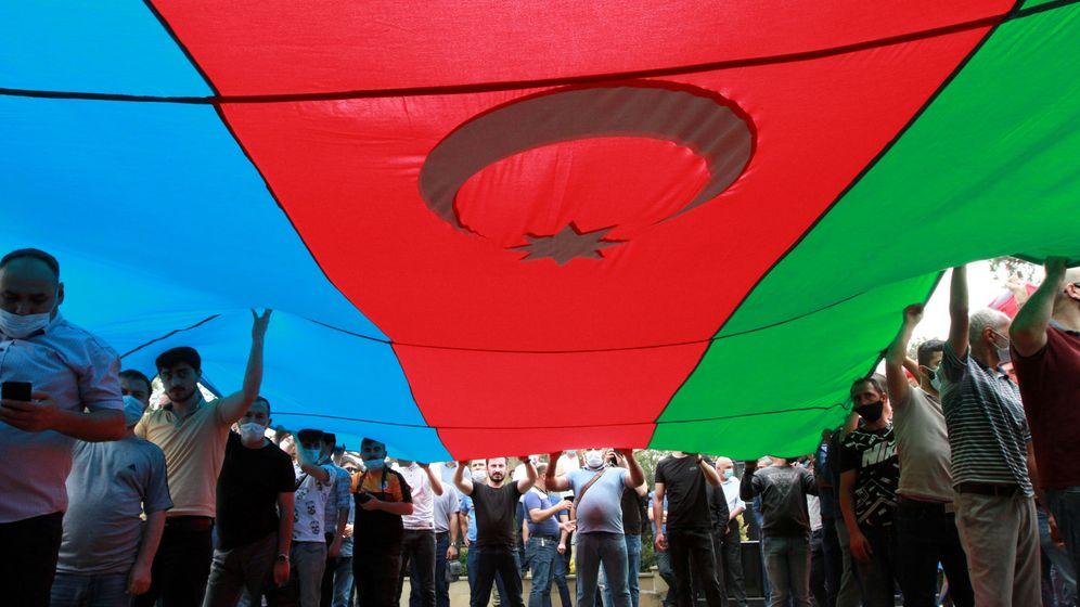 Foto: Funeral de un soldado de Azerbaiján en los enfrentamientos con soldados armenios. (Reuters)