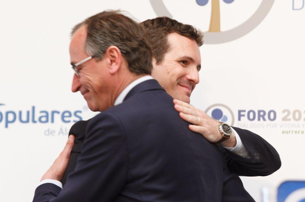 Foto: Alfonso Alonso y Pablo Casado se abrazan en un acto político en Vitoria. (EFE)
