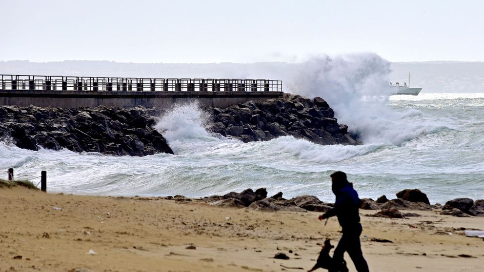 Buscan a una turista francesa que fue arrastrada por una ola en Mallorca