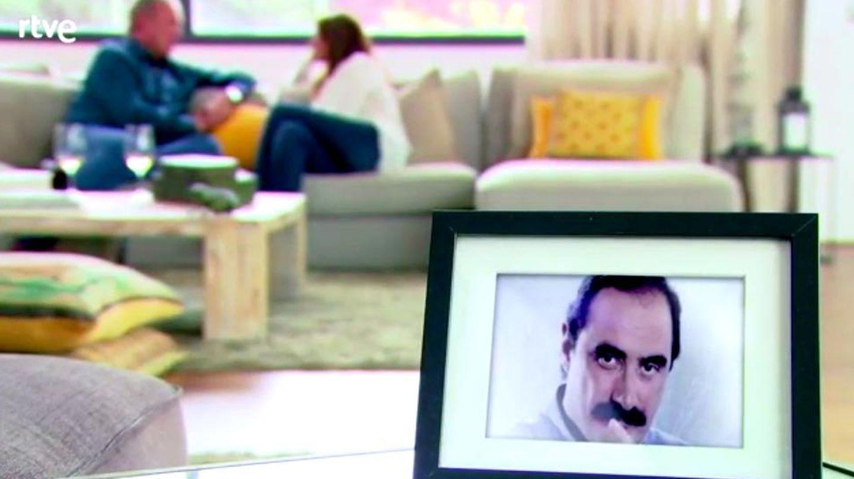 Una foto de Carlos Herrera con Bertín y Mariló de fondo, emitida en el programa