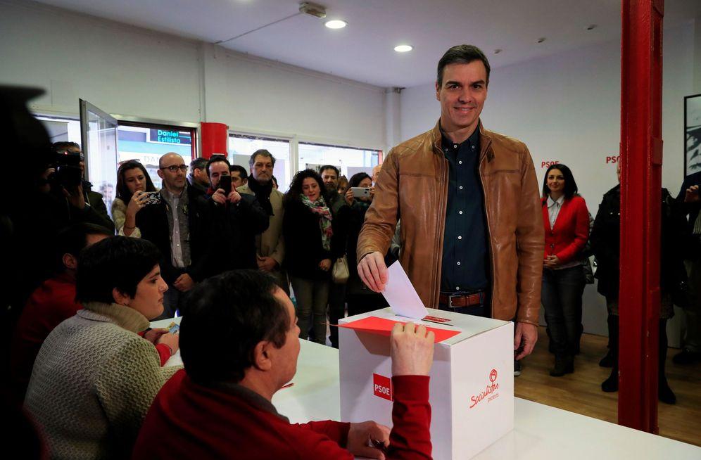 Foto: Pedro Sánchez vota en la consulta a la militancia sobre el preacuerdo con Unidas Podemos, este 23 de noviembre en la agrupación socialista de Pozuelo de Alarcón. (EFE)