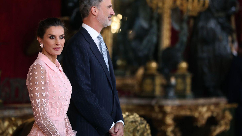 Los Reyes esperan a que lleguen los invitados. (EFE)