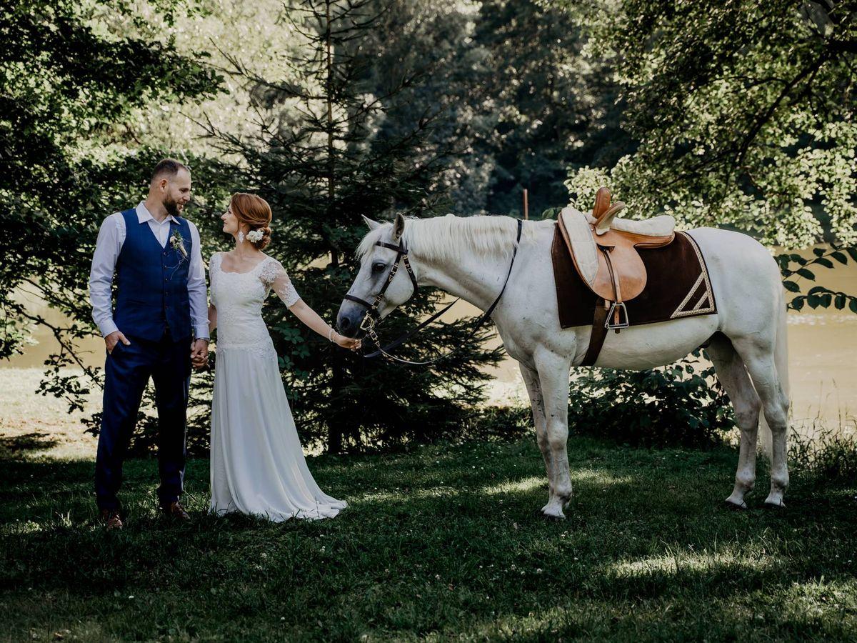 Foto: Pareja de novios con un caballo. (Fotografía de Victoria Priessnitz para Unsplash)