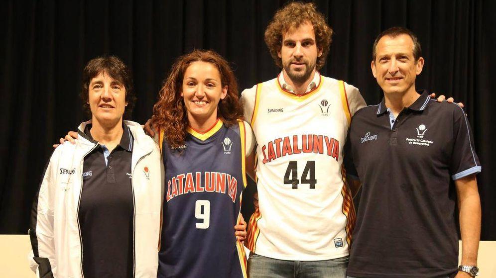 Foto: Presentación de las camisetas de las selección catalana en 2012, con los entrenadores Silvia Font y Salva Maldonado y los jugadores Laia Palau y Roger Grimau. (FCBQ)