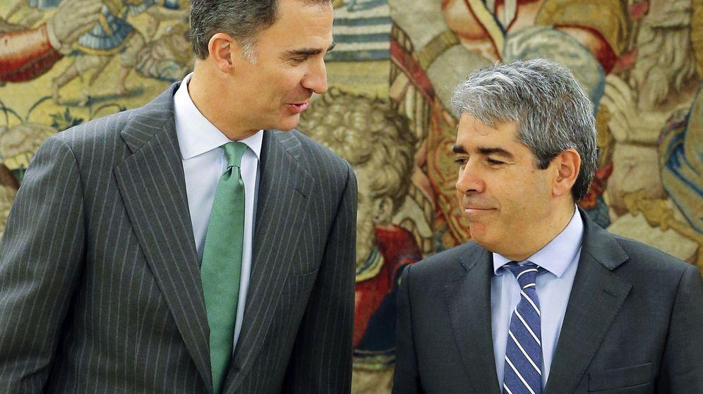 Foto: Felipe VI, junto al portavoz de Democràcia i Llibertat, Francesc Homs, en La Zarzuela. (EFE)