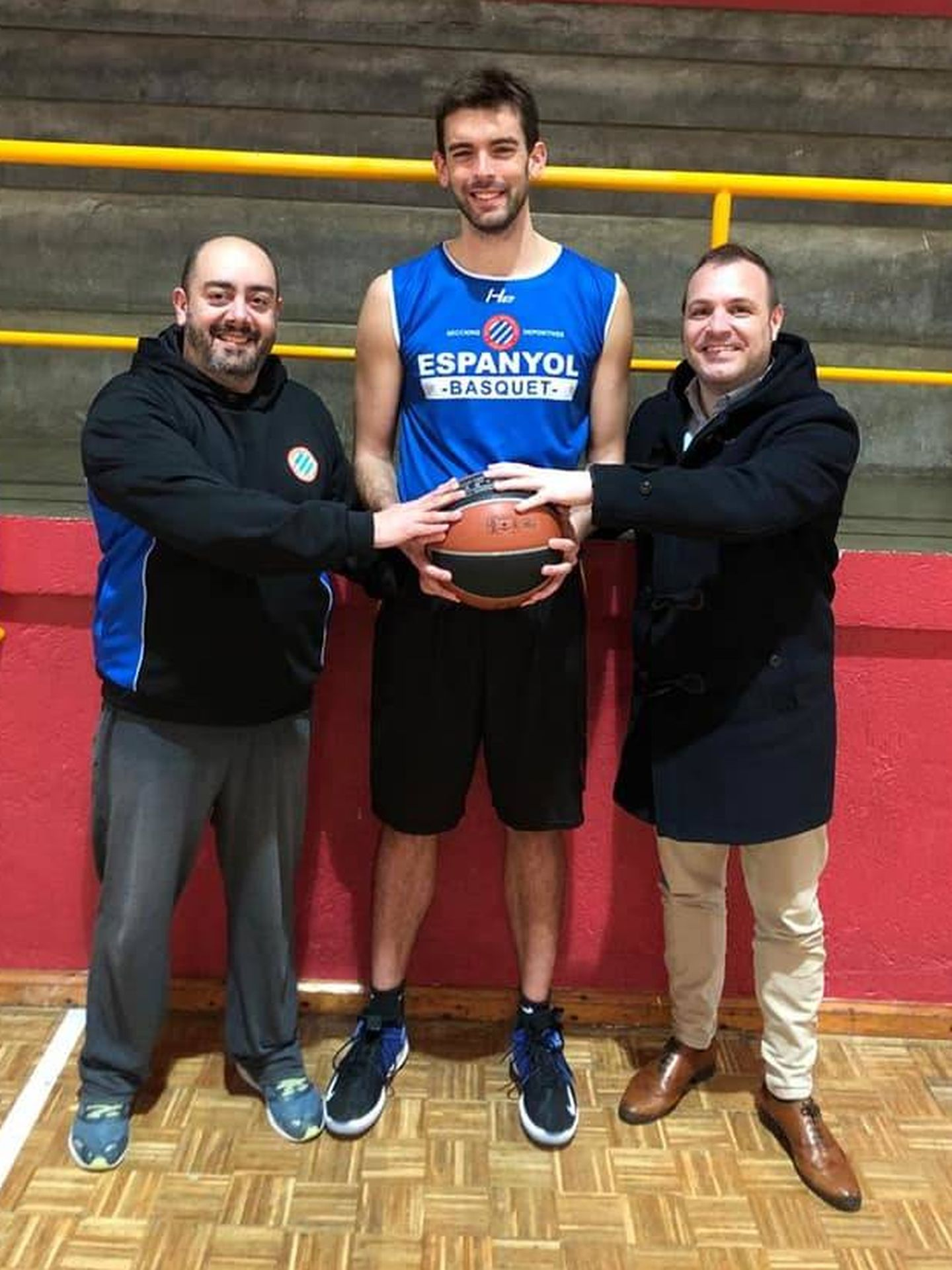 Adrià Gasol, con la camiseta del Espanyol de baloncesto al hacerse oficial su fichaje.  (@Sec_Espanyol)