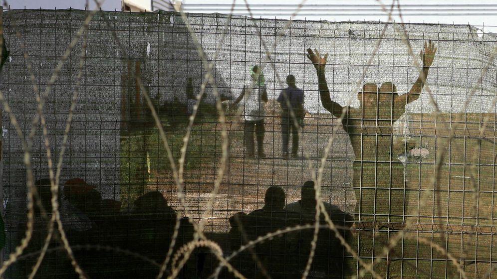 Foto: Migrantes en el CIE El Matorral, en 2006. (Reuters)