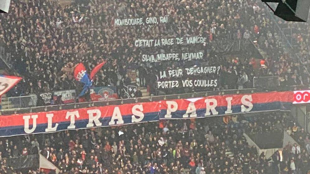 Foto: La pancarta de los ultras del PSG ataca, directamente, a algunos de sus futbolistas (Foto: Twitter)