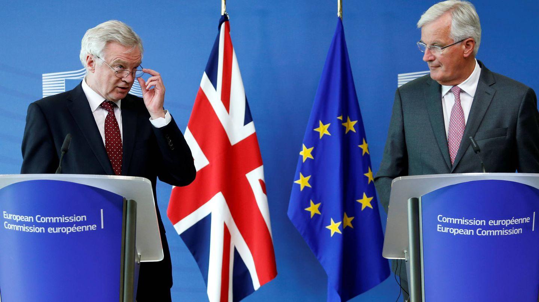 David Davis, secretario de Estado para la salida del Reino Unido de la UE, junto a Michel Barnier, en Bruselas. (Reuters)