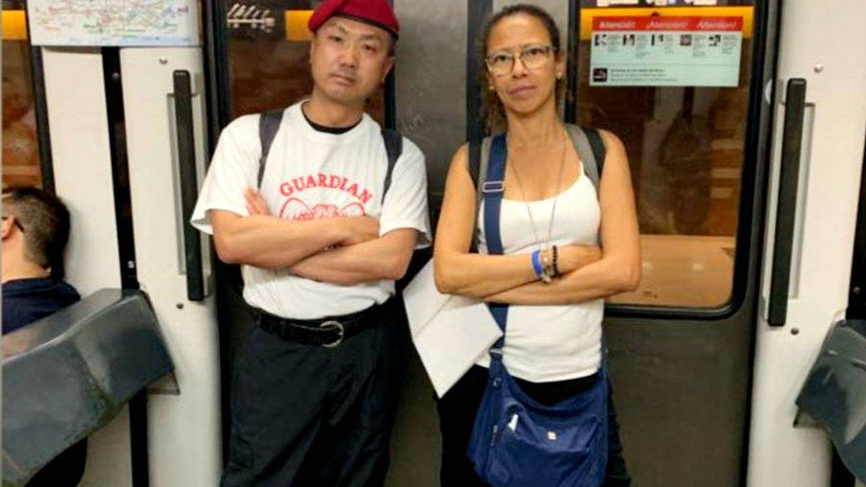 Miembros de una patrulla ciudadana en el metro de Barcelona