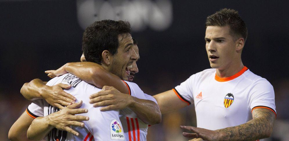 Foto: Parejo es felicitado tras el penalti marcado ante el Alavés y que le dio el triunfo al Valencia (EFE)
