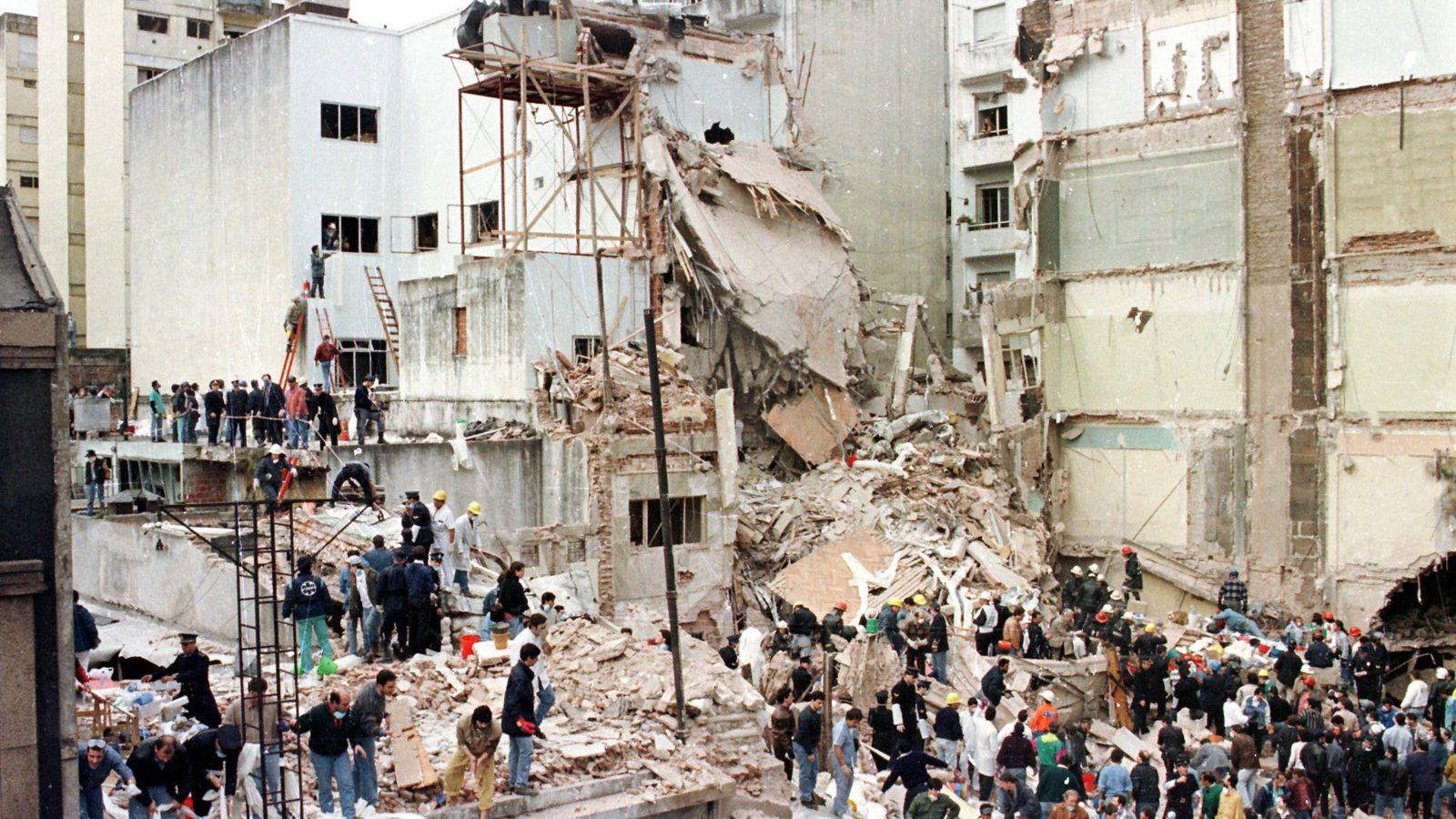 Foto: Edificio de la AMIA tras el atentado, en julio de 1994. (Reuters)