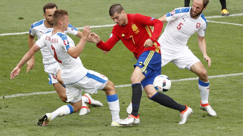 Morata, rodeado de checos (Vincent Kessler/Reuters).