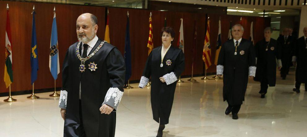 Foto: Francisco Pérez de los Cobos (i), presidente del Tribunal Constitucional (EFE)