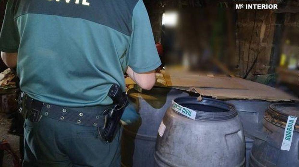 Foto: Un efectivo de la Guardia Civil durante la operación. (Guardia Civil)