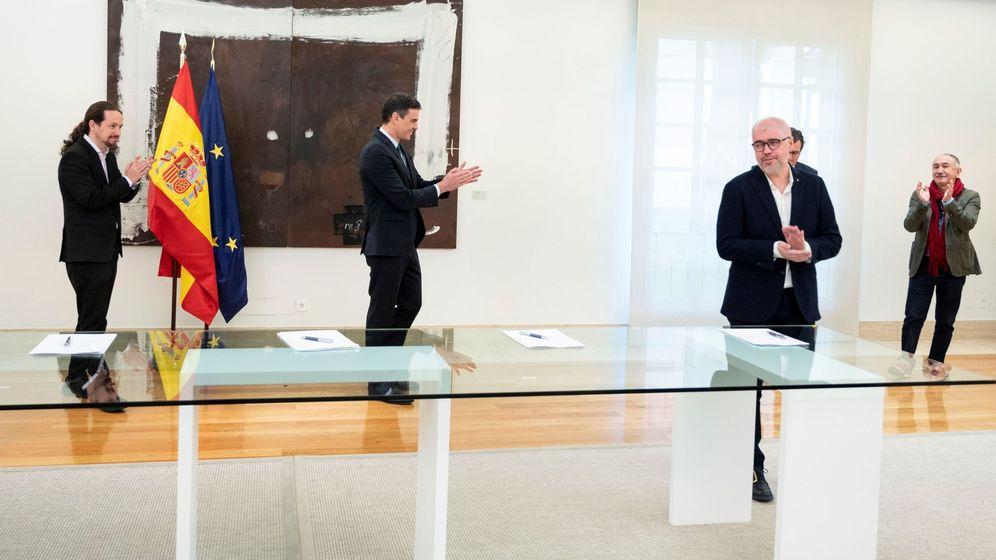 Foto: Firma el pasado 11 de mayo del acuerdo con el que se prorrogan los ERTE por fuerza mayor hasta el 30 de junio. (EFE)