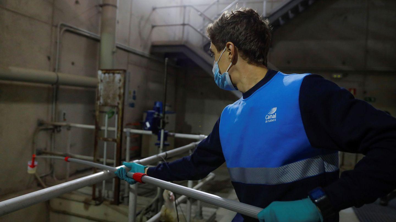 Un empleado del Canal trabaja en la toma de muestras de las aguas residuales. (EFE)