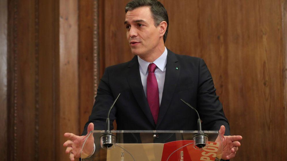 Foto: El candidato a la investidura, Pedro Sánchez, tras la firma del acuerdo con Podemos. (EFE)