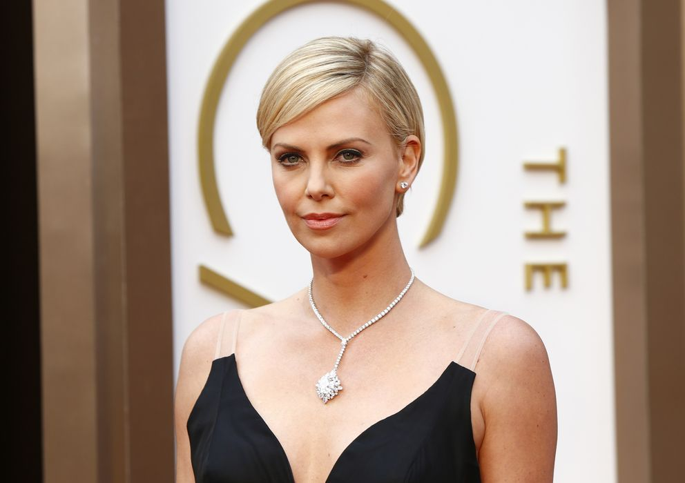 Foto: Charlize Theron este domingo en la alfombra roja de los Oscar. (Reuters)