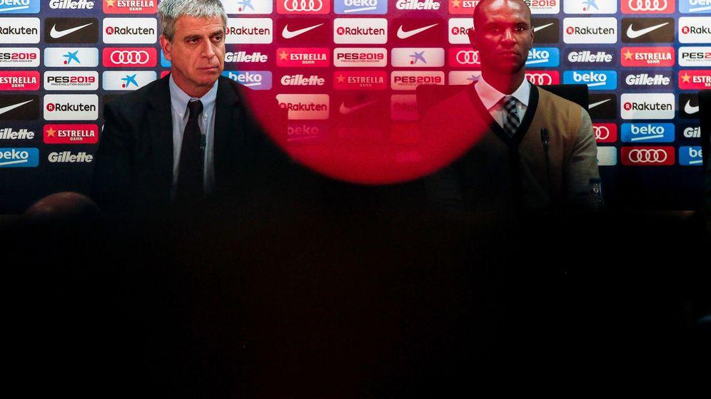 Foto: El francés Éric Abidal (d), junto al vicepresidente del FC Barcelona, Jordi Mestre. (EFE)