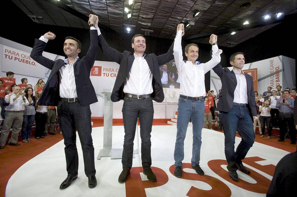 Foto: Eusebio González (izqda.), Tomás Gómez, José Luis Rodríguez Zapatero y Javier Rodríguez, en abril de 2011 en Alcalá de Henares. (EFE)