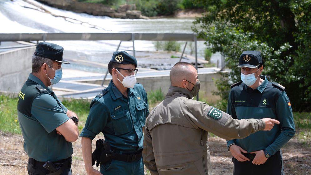 Foto: El rastreador Fernando Gómez conversa con efectivos de la Guardia Civil en la zona de Pesqueruelas, Valladolid (EFE)
