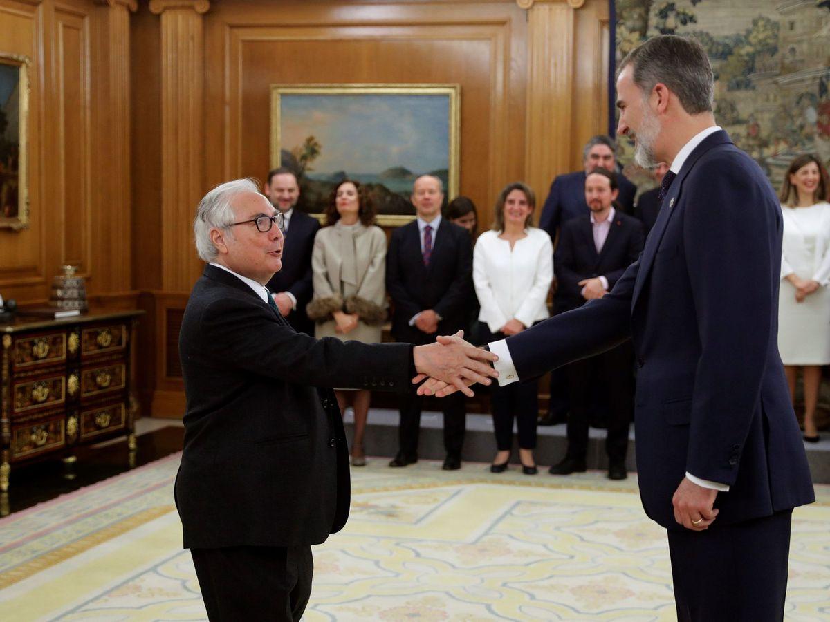 Foto: Castells saluda a Felipe VI tras tomar posesión como ministro de Universidades. (EFE)