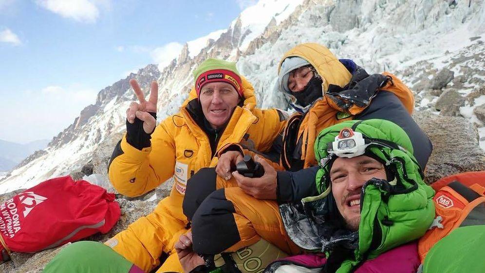 Foto: Denis Urubko (i) y Adam Bielecki (d) junto a Elisabeth Revol (c) en el Nanga Parbat. (Foto: Adam Bielecki)